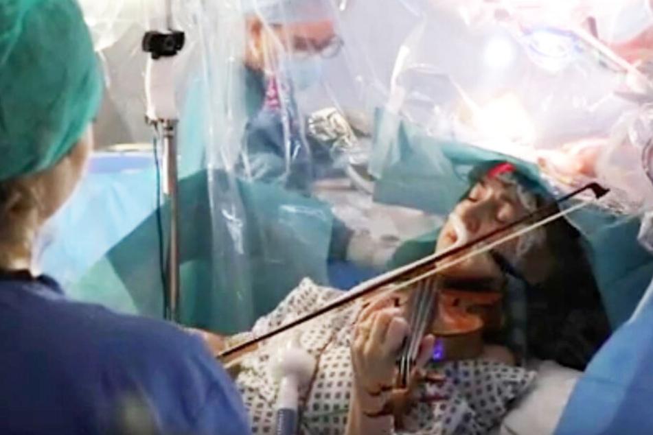 Frau wird am Gehirn operiert und spielt nebenbei Violine!