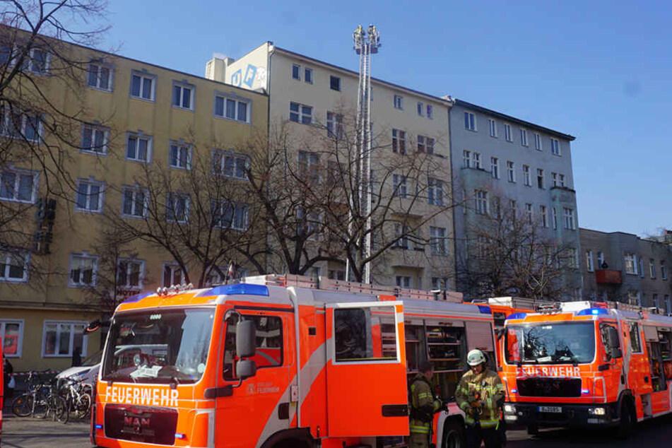 80 Einsatzkräfte der Feuerwehr sind vor Ort.