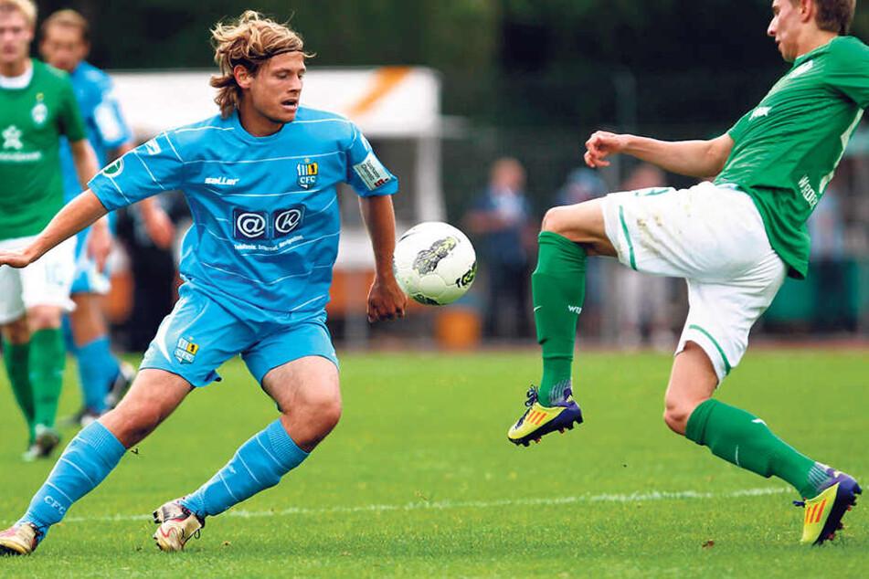 Vor sechs Jahren trug Marcus Mlynikowski, hier im Zweikampf mit Benjamin Förster (l.), noch das Werder-Trikot und verlor auf Platz 11 mit 0:2 gegen den CFC.