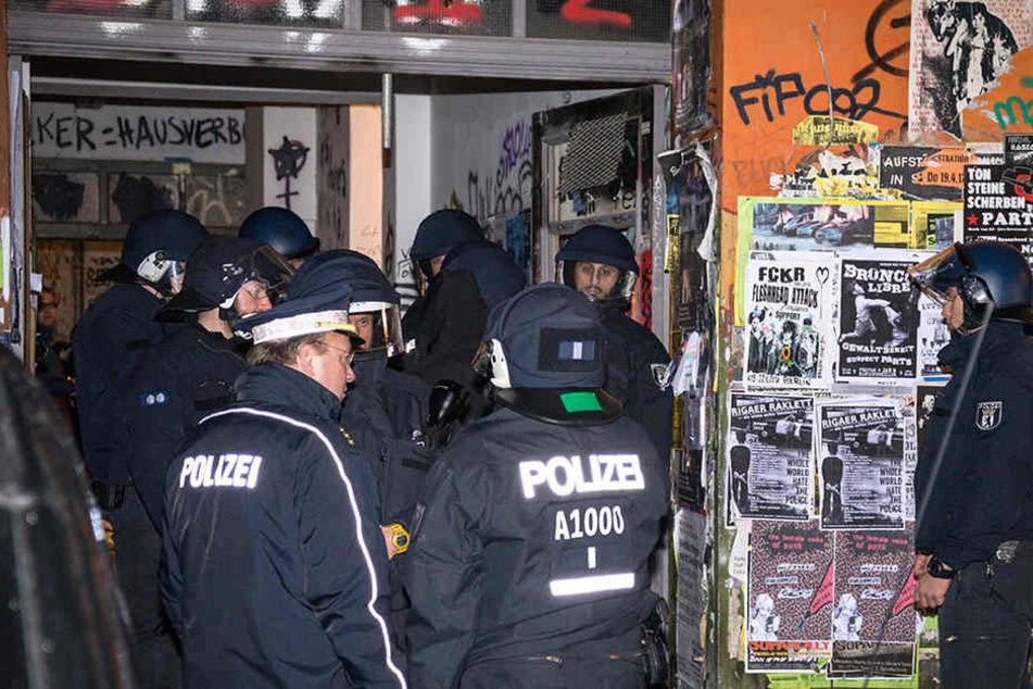 Maskierte bewerfen Polizisten auf Rigaer Straße mit Steinen