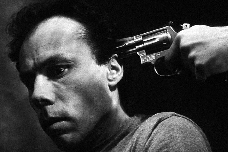 """Purer Nervenkitzel! Wie im Film """"13 Tzameti"""" wird man bei Russisch Roulette mit einer Waffe an der Schläfe bedroht."""