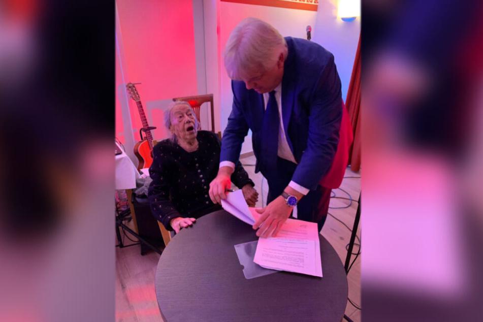 An ihrem 100. Geburtstag gratulierte Bürgermeister Dieter Greysinger (64, SPD) und brachte den Arbeitsvertrag mit, den die Rentnerin sofort unterschrieb.