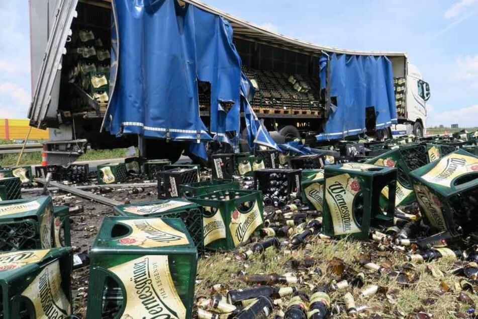 Sperrung nach Unfall mit Bier-Laster! Tausende Liter Wernesgrüner landen auf der A72