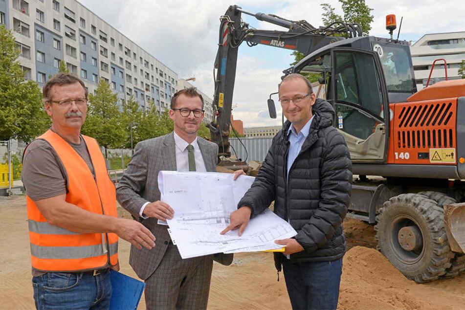 Baubürgermeister Raoul Schmidt-Lamontain (42, Grüne, l.) und Straßen- und Tiefbauamtsleiter Robert Franke (42) mit den Bauplänen für den westlichen Teil des Promenadenrings.