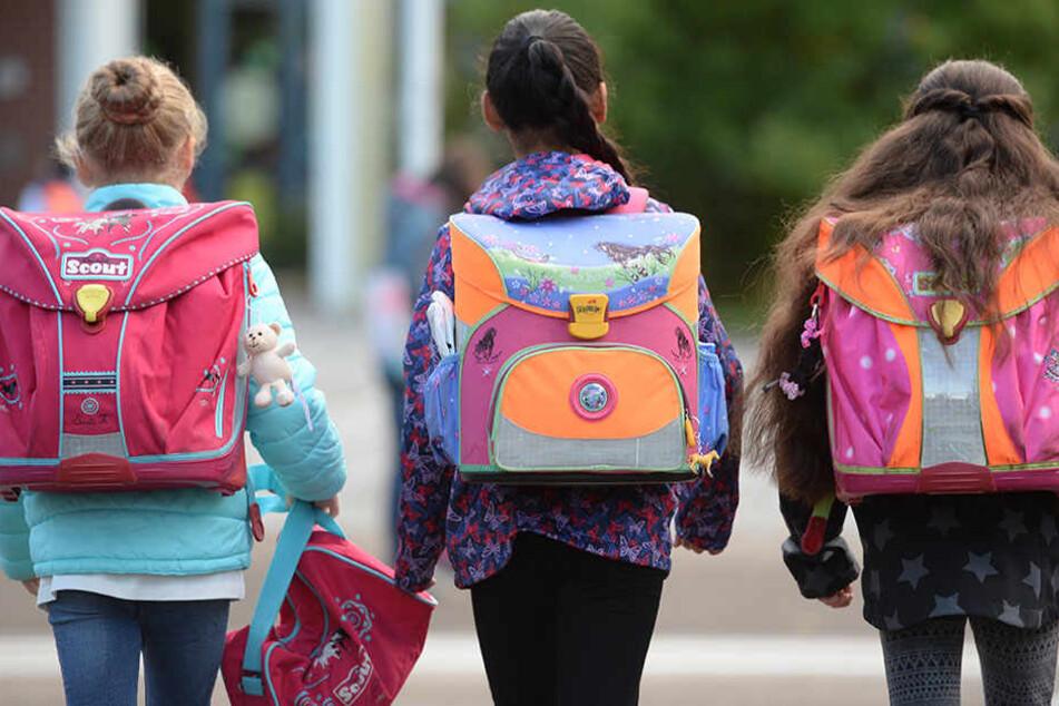 Kinder auf den Weg in die Schule. (Symbolbild)