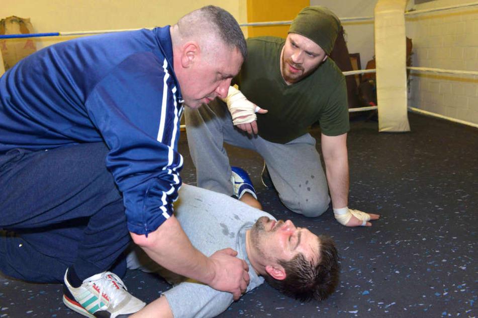 In einem Boxkampf mit Erik geht Leon bewusstlos zu Boden.