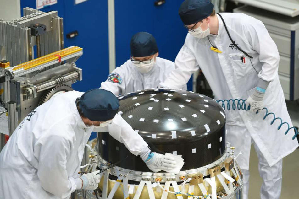 Ingenieure bauen den Gewächshaus-Satelliten in Bremen zusammen.