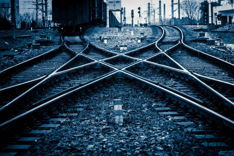 Auf den Gleisen eingeschlafen! Zwei Flüchtlinge vom Zug überrollt