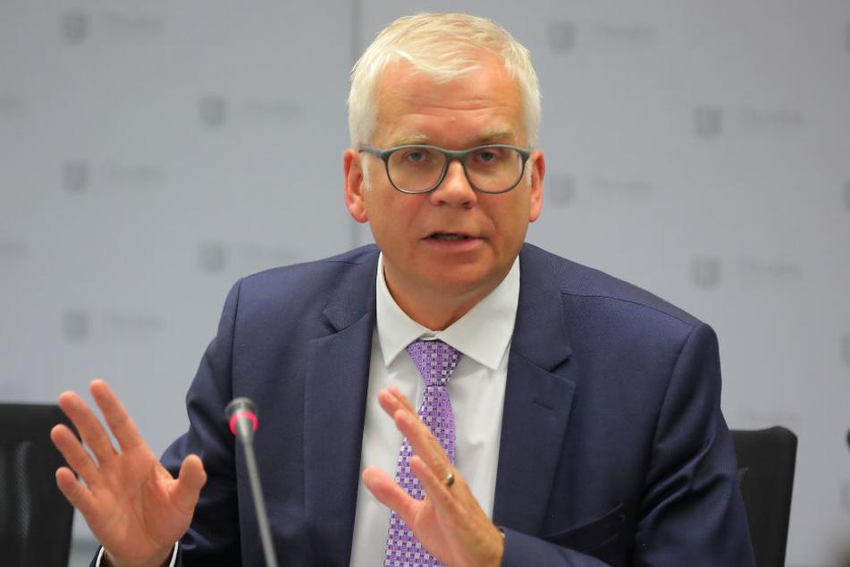 Zuständig für Dresdens hilfebedürftige Minderjährige: Bildungsbürgermeister  Hartmut Vorjohann (54, CDU).