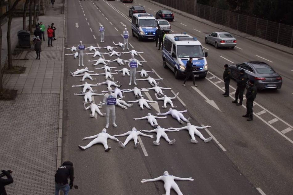 Auf drei gesperrten Fahrspuren legten sich die Greenpeace-Aktivisten auf die Straße.