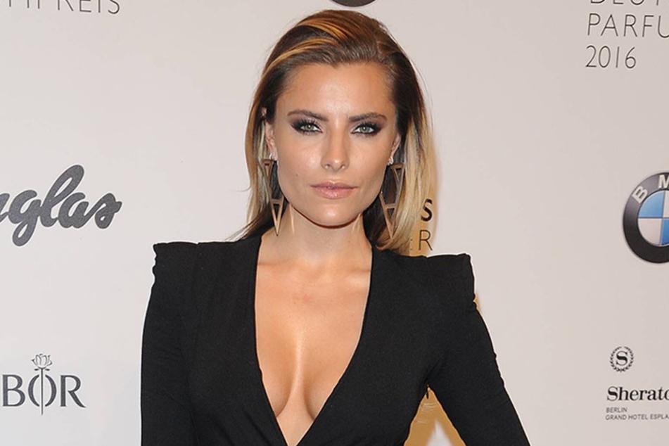 Sophia Thomalla im sexy Outfit bei einer Preisverleihung.
