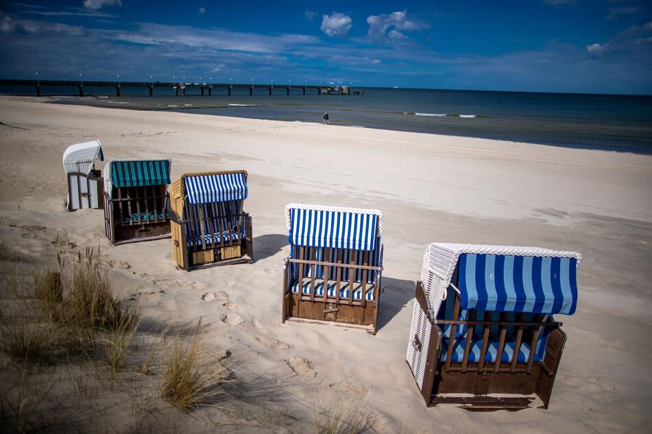 Leere Strandkörbe stehen am menschenleeren Strand an der Ostsee – doch hoffentlich nicht mehr lange!