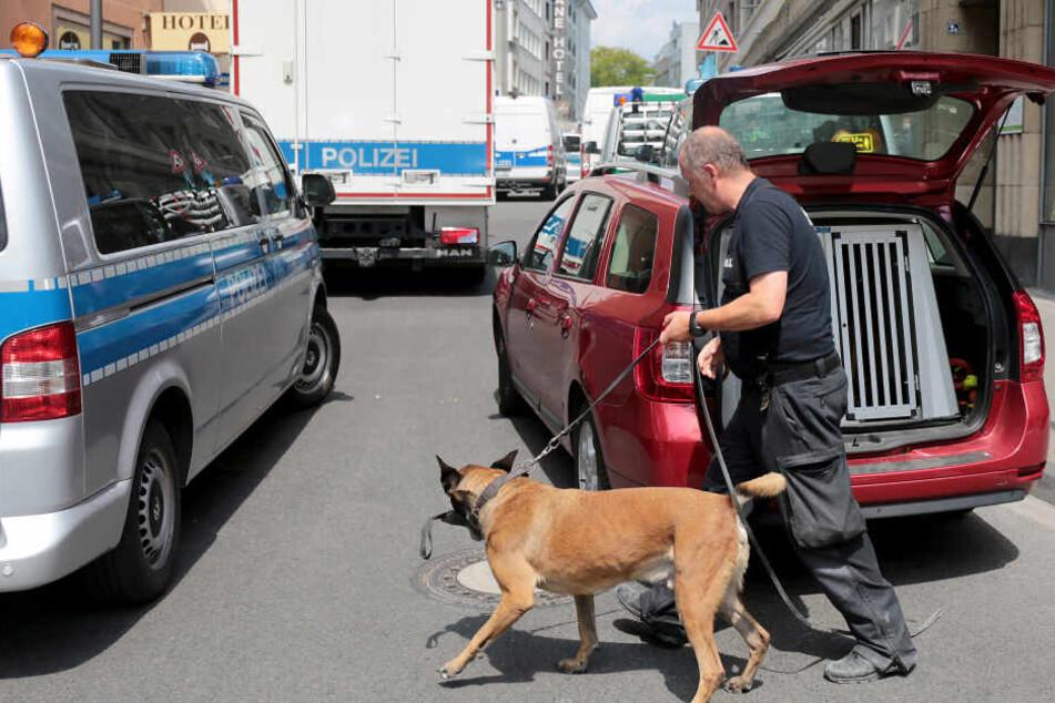 Die Polizei hatte mehrere Objekte auch mit Spürhunden durchsucht.
