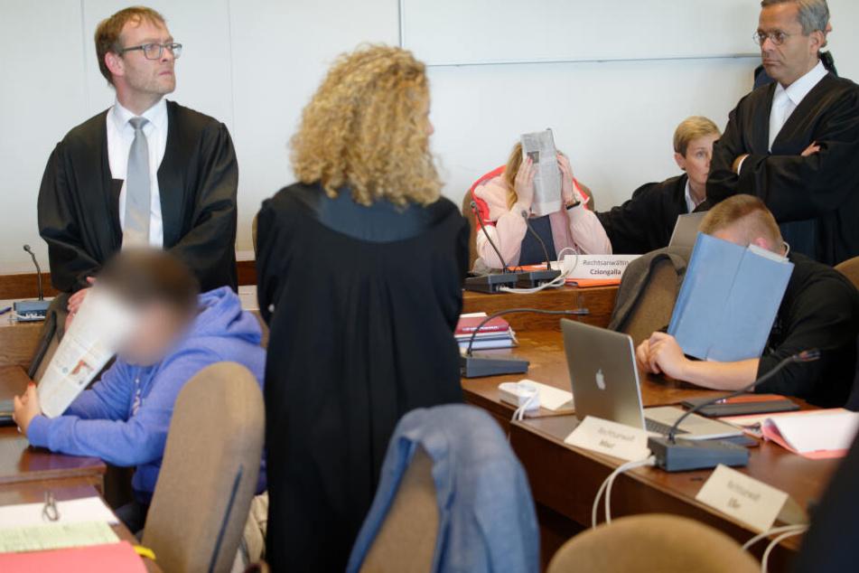 Die Angeklagten (verpixelt, unkenntlich) an einem Prozesstag beim Kölner Landgericht.