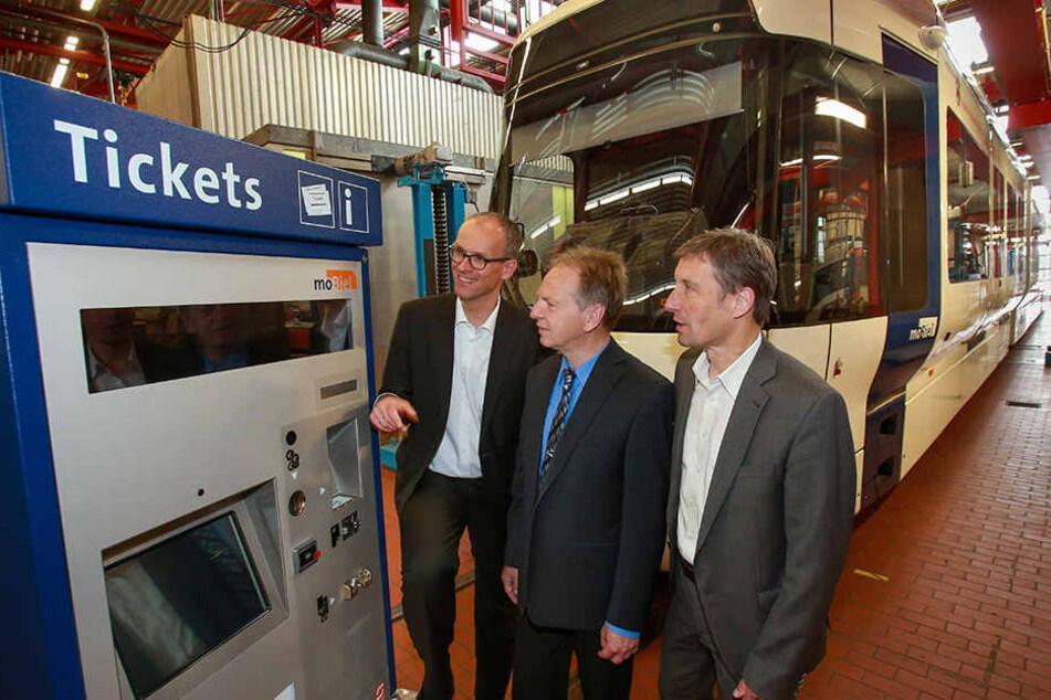 Mit Display: Martin Uekmann, Dirt Artschwager und Kai-Uwe Steinbrecher stellen den neuen Automaten vor.