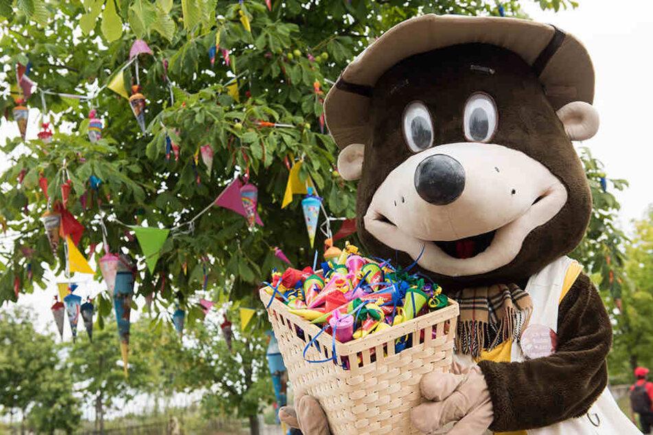 Belantis-Maulwurf Buddel verteilt zum Zuckertütenfest süße Überraschungen.