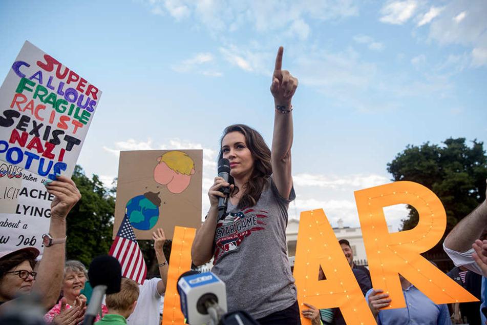 In AMerika kommt es immer wieder zu Protesten gegen US-Präsident Trump. SO wie hier am 17.Juli 2018 in Washington. Prominente Unterstützung kommt etwa von der US-Schauspielerin Alyssa Milano (Mi.).