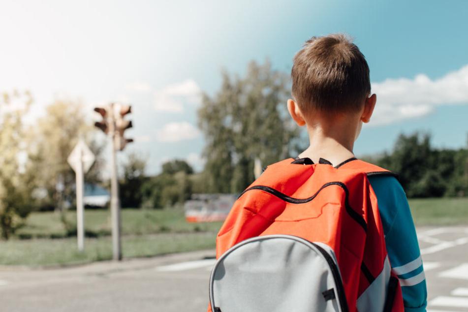 Ein Junge wurde auf dem Schulweg angefahren und liegengelassen. (Symbolbild)