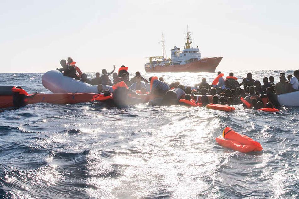 Flüchtlinge, die 2018 auf Booten von Libyen aus nach Italien übersetzen wollten, werden während eines Rettungseinsatzes vor der libyschen Küste geborgen. (Archivbild)