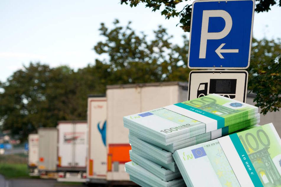 Glück im Unglück! Mann vergisst 10.000 Euro auf Rastplatz-Toilette