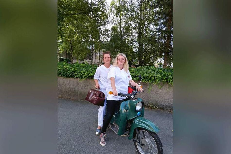 Antje Feiks und Susanne Schaper fahren mit der Schwalbe durch Sachsen.