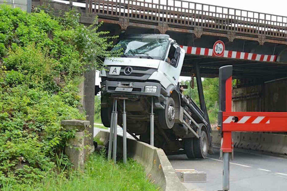 Der Lkw verkeilte sich unter der Brücke und musste mit Stützen stabilisiert werden.