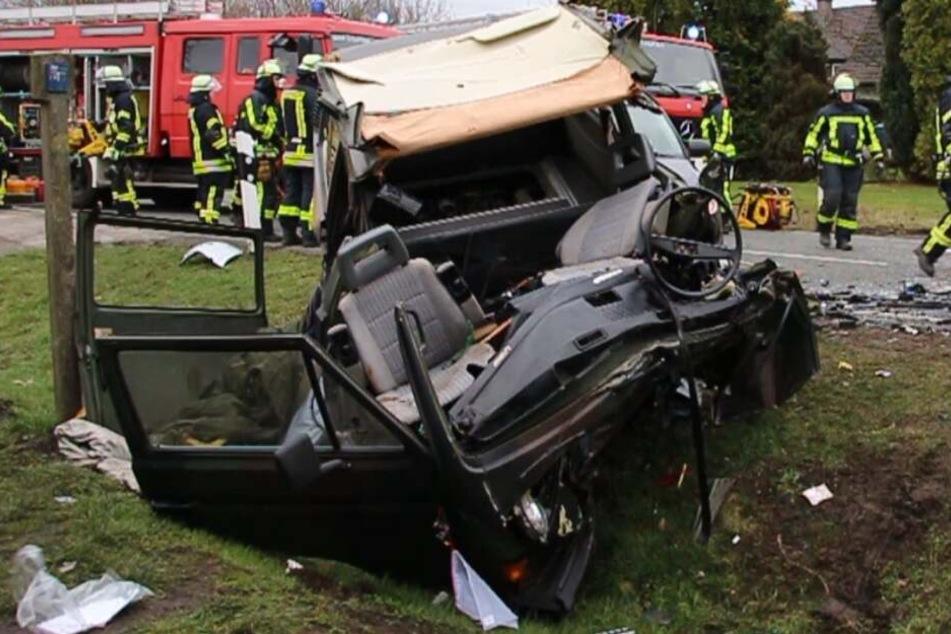 Zwei Tote bei Unfall auf Landstraße: Mann schleudert mit Auto frontal in Transporter