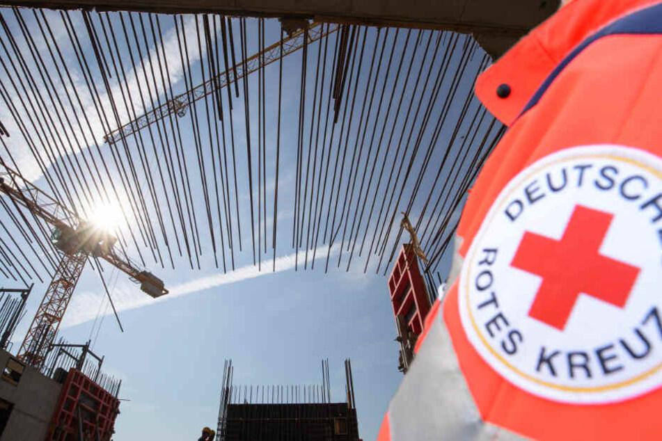 Schreckliches Unglück auf Baustelle: Mann von drei Eisenstangen durchbohrt
