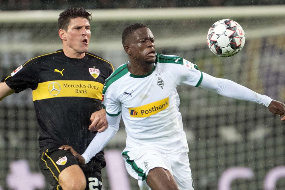 Agierte wieder unglücklich: VfB-Stürmer Mario Gomez (l.), hier im Duell mit Gladbachs Denis Zakaria.