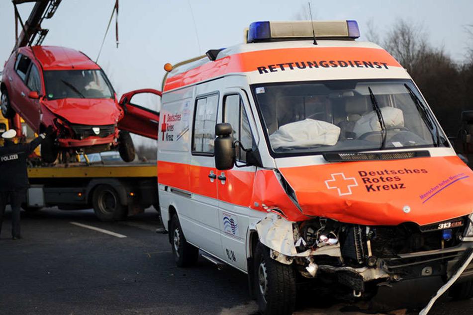 Mehrere Verletzte nach Unfall: Krankenwagen kracht in Auto