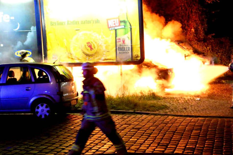 Mitten in der Nacht: Autos in Berlin in Flammen!