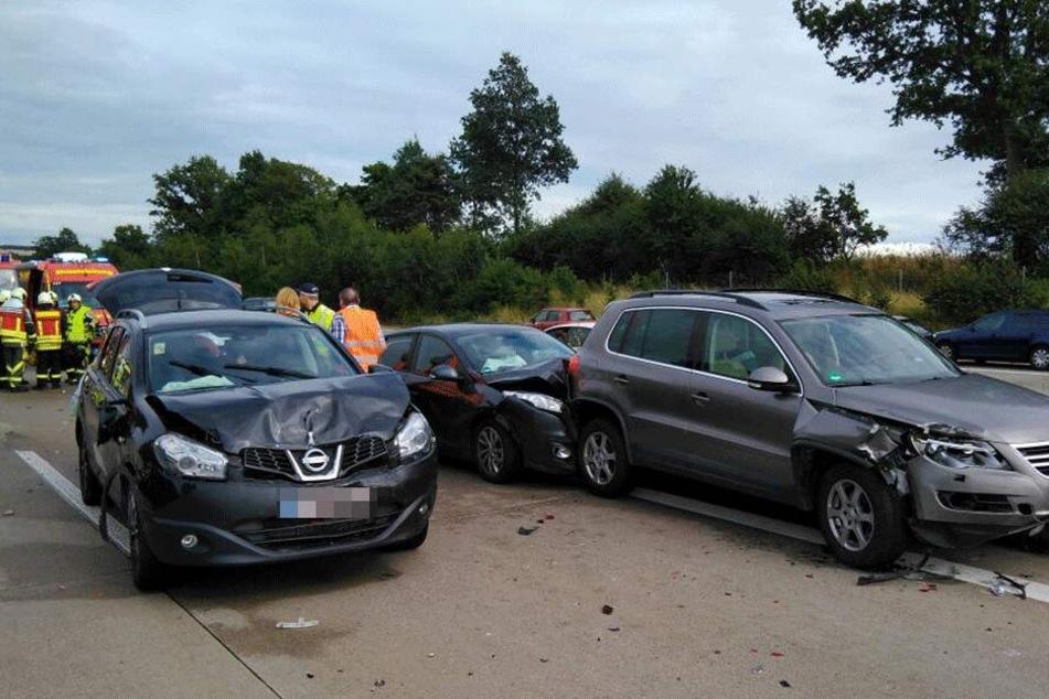 Drei der beteiligten Unfallautos. Auch ein Reisebus soll involviert in den Unfall sein.