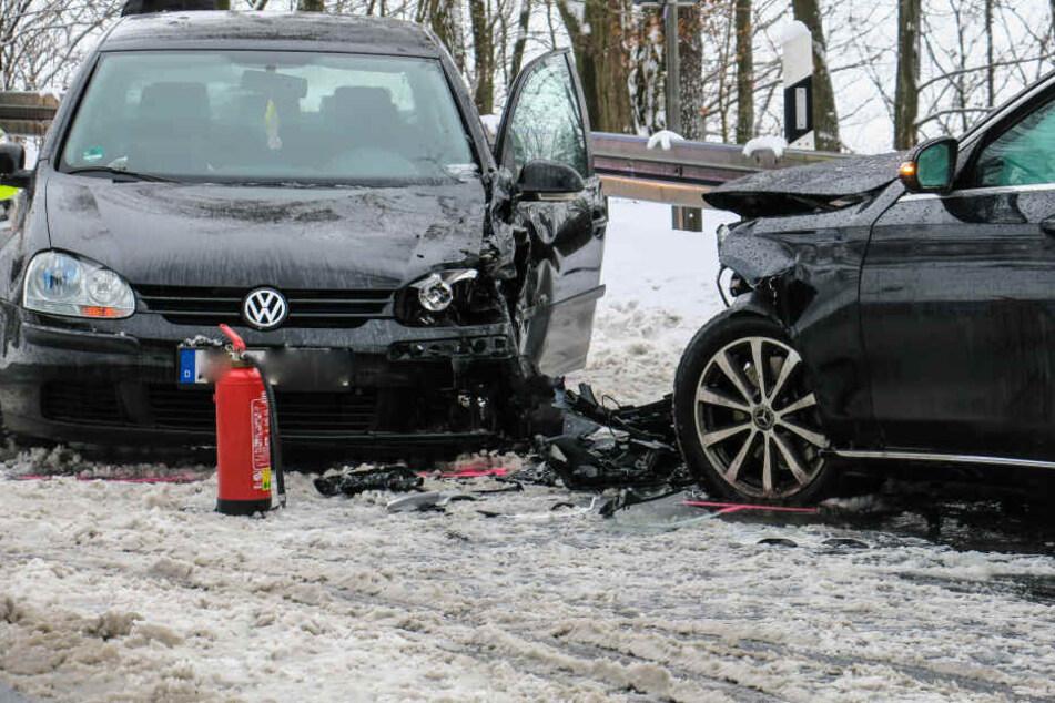Schwerer Crash im Erzgebirge: Mehrere Verletzte