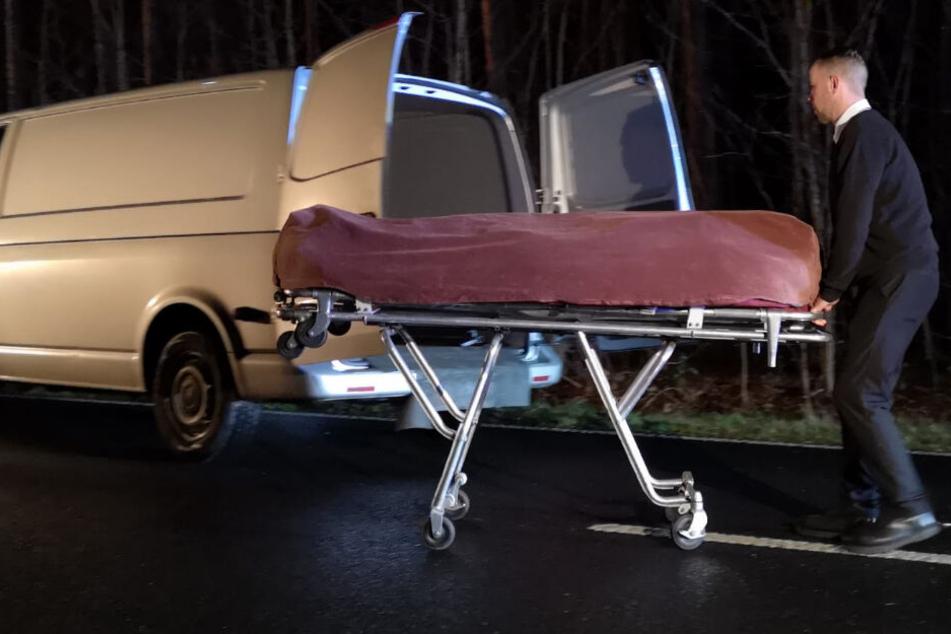 Die Leiche der jungen Frau wird abtransportiert.