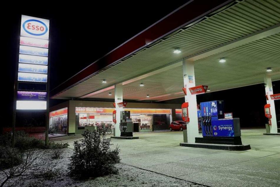 Während des Überfalls auf die Esso-Tankstelle sollen sich vier Kunden im Verkaufsraum befunden haben.