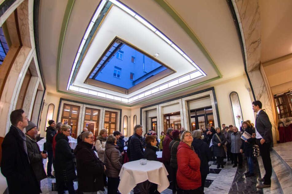 """Freier Blick zum Himmel: Zur mondänen Inneneinrichtung des """"Chemnitzer Hof"""" gehört auch ein aufschiebbares Glasdach."""