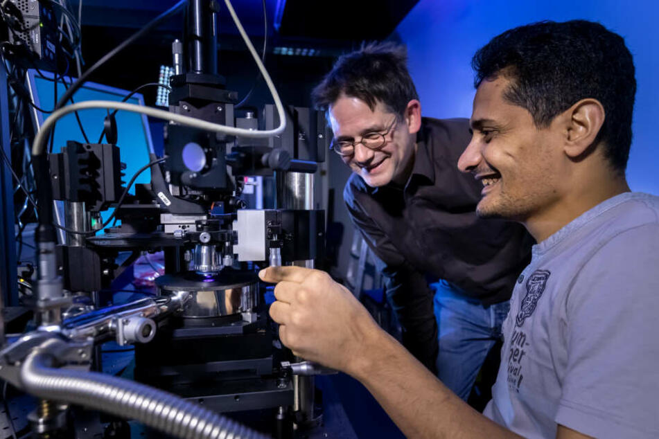 Prof. Ulrich Schwarz (53, l.), Chef der Professur für Experimentelle Sensorik und Mitarbeiter Dr. Mursal Baggash wollen LEDs noch effektiver machen.
