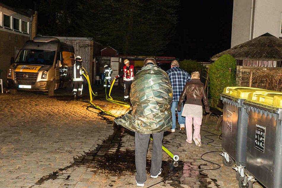 Einige Menschen, die vor dem Bielefelder Tisch übernachten wollten, mussten ärztlich untersucht werden.