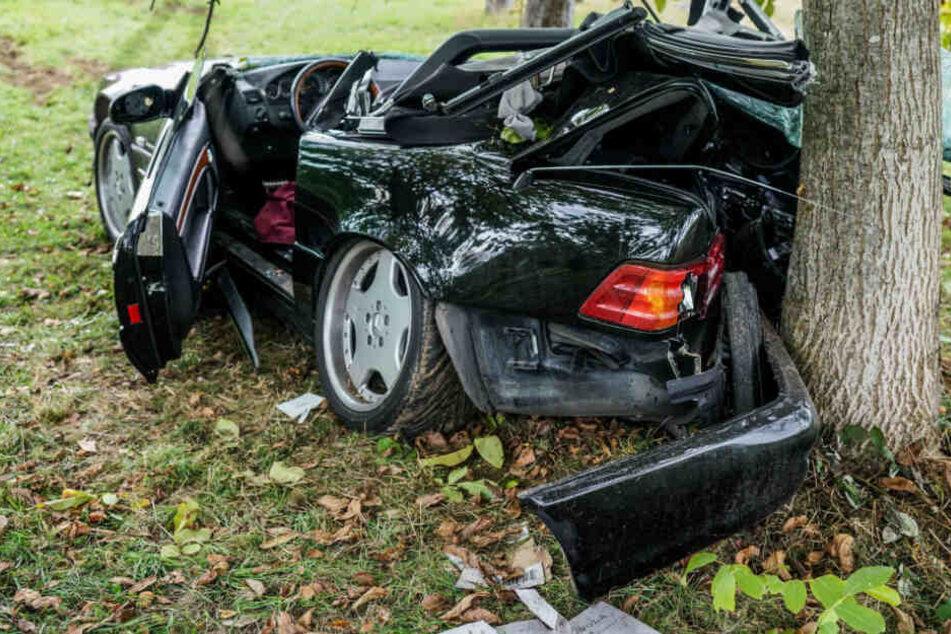 Mercedes überschlägt sich und prallt gegen Baum: Fahrer schwer verletzt