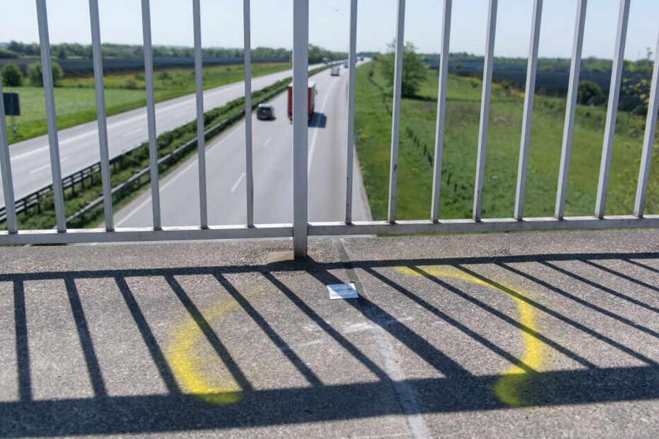 Die Angeklagten warfen Steine und Bretter von einer Brücke auf Autos. (Symbolbild)