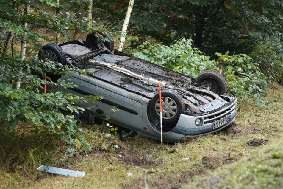 Der Fahrer gab an, einem Reh ausgewichen zu sein, deshalb habe er die Kontrolle über seinen Wagen verloren.