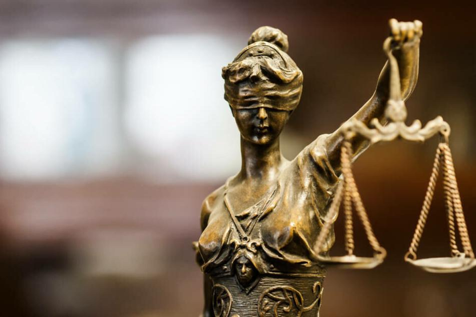 Den Angeklagten wird vorgeworfen, sie hätten keinen Notarzt gerufen, obwohl sie den kritischen Zustand ihrer Tochter bemerkt hatten (Symbolbild).