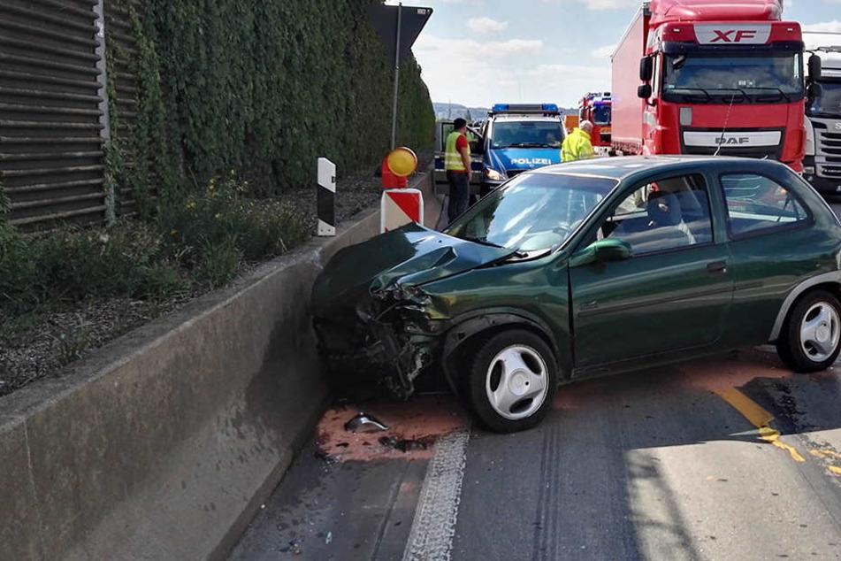 Nachdem das Auto den Truck touchierte, knallte das Fahrzeug gegen eine Betonleitplanke.