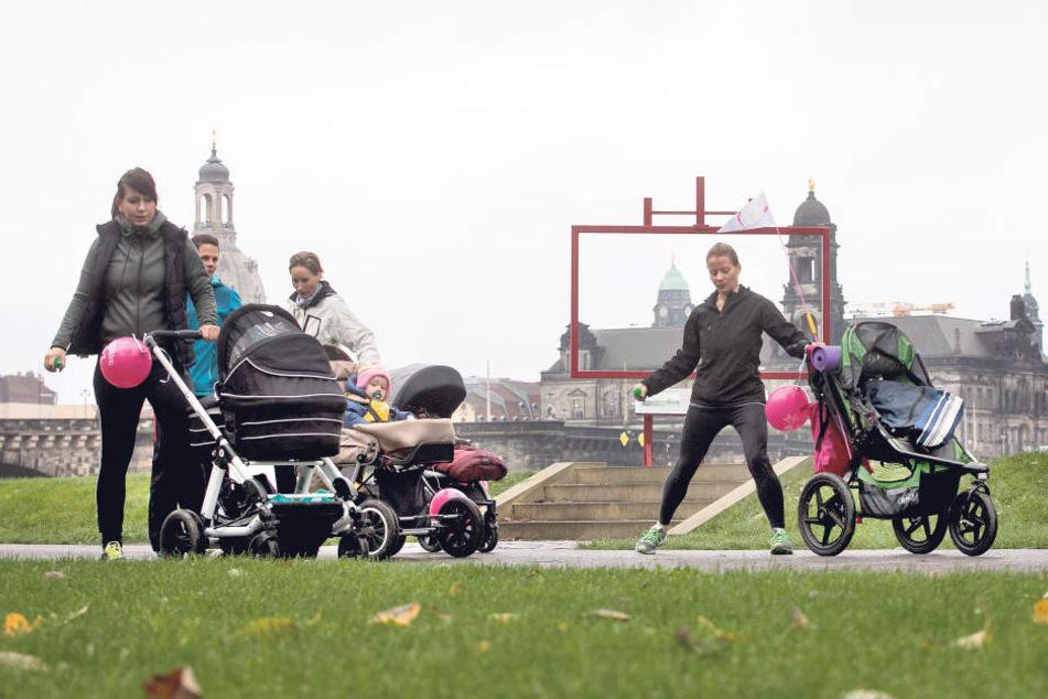 Aerobic-Trainerin Anne Fietkau (33, r.) zeigt Dehnungsübungen mit  Canaletto-Blick: Immer mehr Mütter halten sich mit dem trendigen  Kinderwagen-Sport fit.