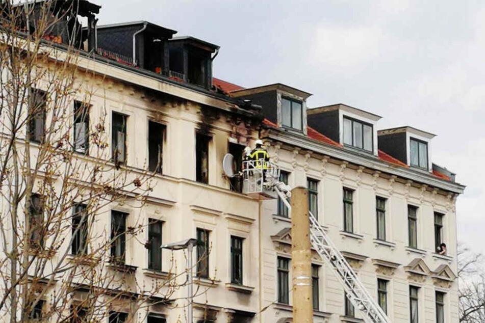 Noch bis in den Nachmittag hinein waren die Einsatzkräfte der Feuerwehr mit den Löscharbeiten beschäftigt.