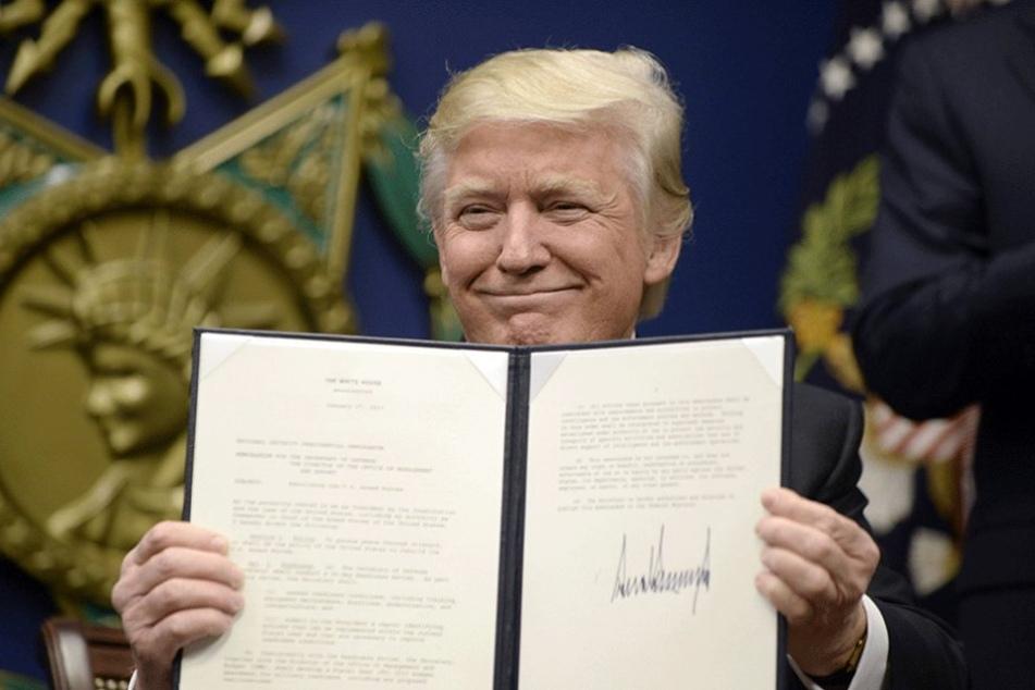 Donald Trump (70) zeigt ein von ihm unterzeichnetes Dekret.