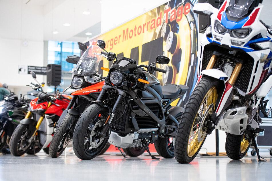 Schicke Motorräder aufgereit bei den Hamburger Motorradtagen 2020 (Foto: Daniel Reinhardt/dpa)
