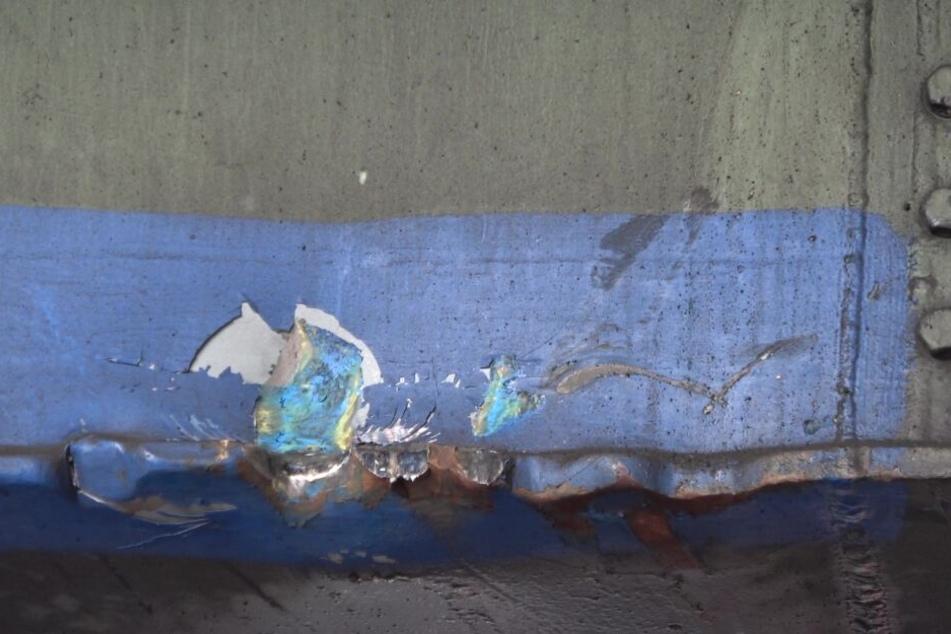 An der Brücke zeugte eine Delle am Stahlträger von dem Unfall.