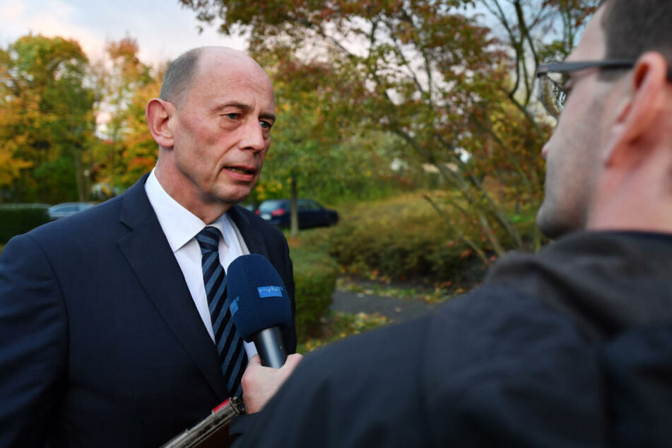 Thüringens Wirtschaftsminister Wolfgang Tiefensee (SPD) pocht darauf, dass Alternativen zu der angekündigten Schließung des Coca-Cola-Werks in Weimar untersucht werden.