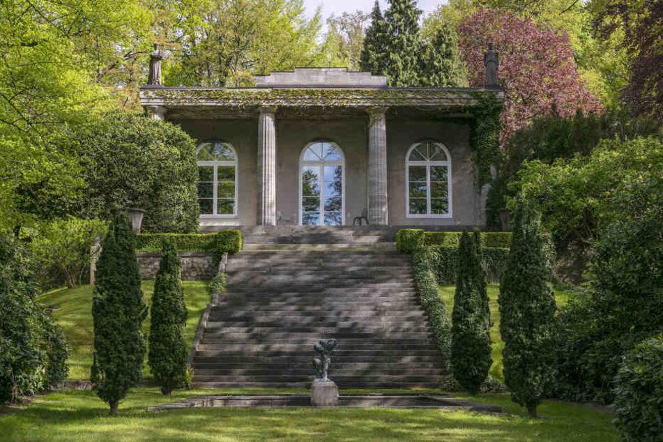 Die Villa von außen mit dem weitläufigen Garten inklusive Elbblick.